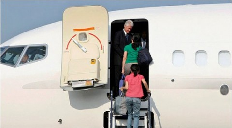 clinton-rescues-reporters-ling-lee-airplane-560x308